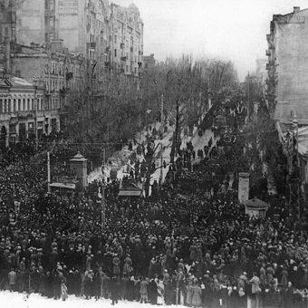 """Wiec niepodległościowy na Chreszczatyku, głównej ulicy Kijowa, rok 1917. Zdjęcie z książki """"Czerwony Głód""""."""