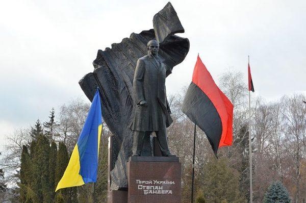 """Bandera upamiętniany jest przez swoich """"wyznawców"""" na różne sposoby. Na zdjęciu pomnik w Tarnopolu."""