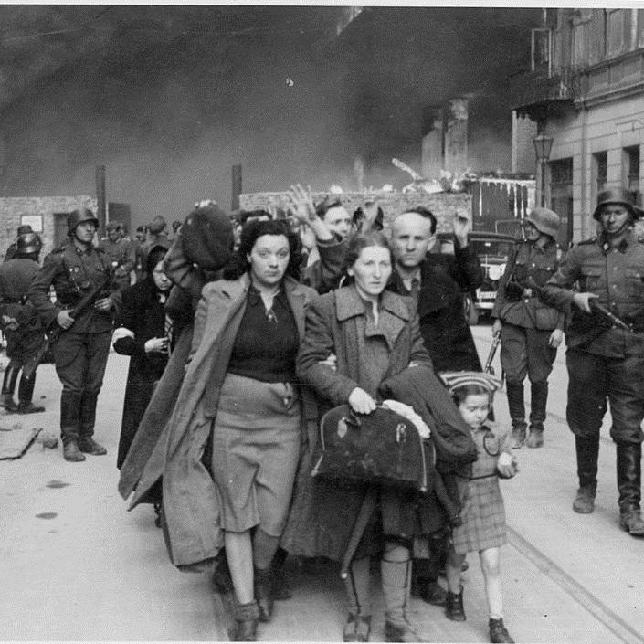 Niemieckie oddziały bezwzględnie wypędzały ludność cywilną, kryjącą się w bunkrach na terenie getta.