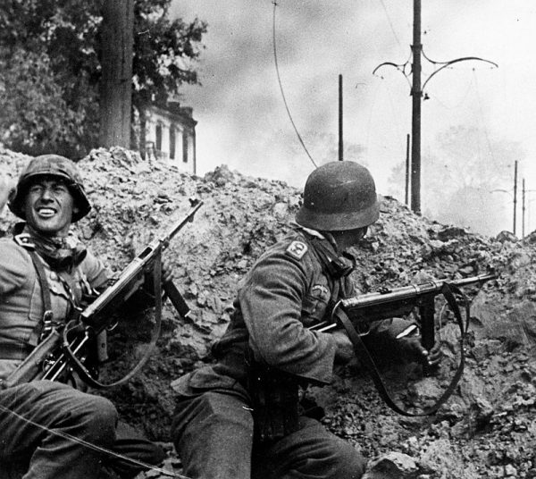 """Kapitulujący żołnierze armii niemieckiej w niczym nie przypominali już tych, których wizerunki publikowano w """"Berliner Illustrierte Zeitung""""."""