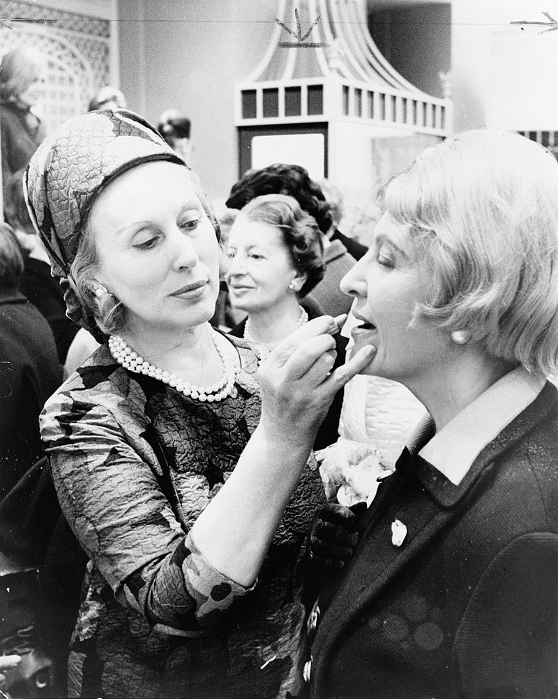 Estée Lauder dzięki założeniu koncernu kosmetycznego stała się miliarderką. Zdjęcie z 1966 r.