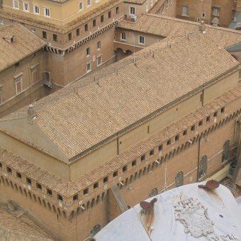 Budynek w którym zamykani są kapłani uczestniczący w konklawe (fot. Maus-Trauden, lic. GNU FDL)