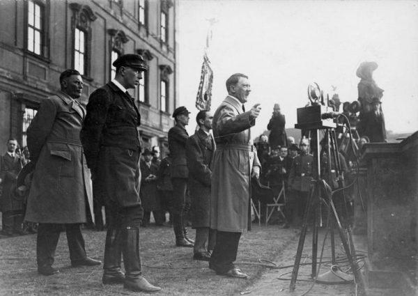 Choć Hitler otwarcie głosił antysemickie poglądy, nie były one bardzo widoczne w nazistowskiej propagandzie.