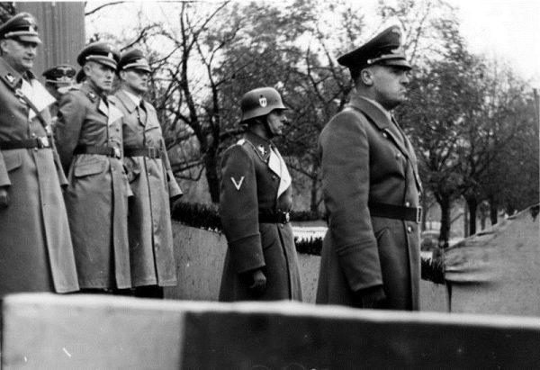 """""""Żydzi są skrajnie szkodliwi z powodu wielkiej ilości spożywanej żywności"""" - stwierdził Hans Frank."""