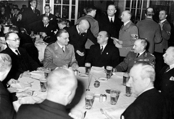 Początki kariery Rosenberga nie zapowiadały jeszcze, że wkrótce stanie się jednym z najbardziej rozpoznawalnych w III Rzeszy głosicieli koncepcji rasistowskich.
