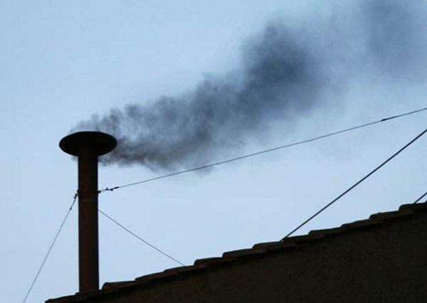 Czarny dym oznaczający brak zgody co do nowego papieża (fot. domena publiczna)