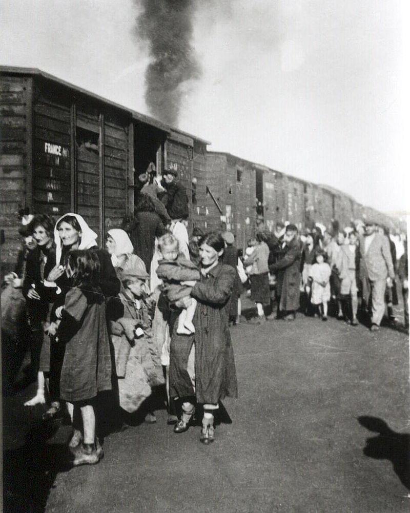 Żydzi z siedleckiego getta wsiadający do pociągu do obozu zagłady w Treblince.