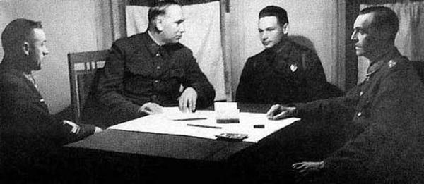 Marszałka von Paulusa przesłuchiwali marszałek Woronow, marszałek Rokossowski i kapitan Diatlenko.