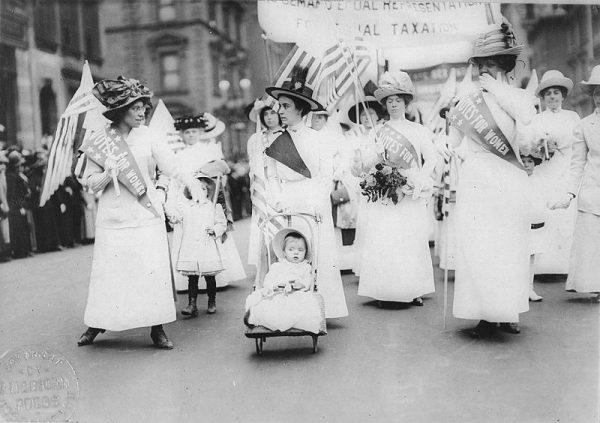 Na przełomie XIX i XX wieku organizacje kobiece powstawały w całej Europie. Działały również w USA.