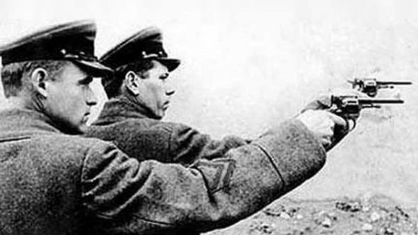 Funkcjonariusze NKWD (fot. domena publiczna).