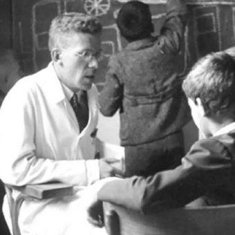 Hans Asperger ze swoimi pacjentami.