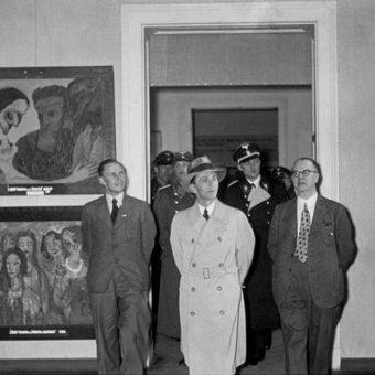 Joseph Goebbels ogląda wystawę sztuki (fot. Bundesarchiv, Bild 183-H02648, lic. CC-BY-SA 3.0)