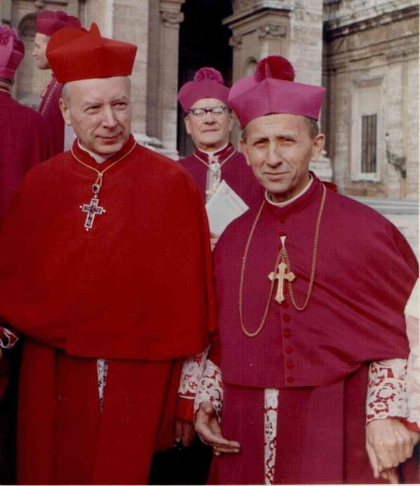 Kardynał Stefan Wyszyński (z lewej) i abp Antoni Baraniak w Rzymie w trakcie soboru watykańskiego II (fot. Roland von Bagratuni, lic. CC BY-SA 3.0)
