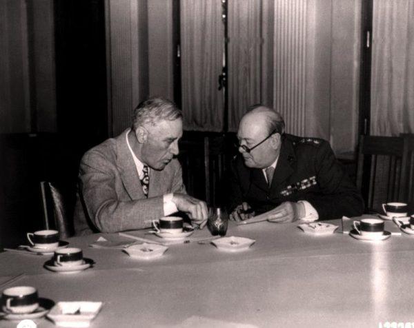 Churchill i Roosevelt mogli rozmawiać swobodnie, ale w kontaktach ze Stalinem tłumacz był im niezbędny.