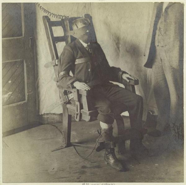 Mężczyzna na krześle elektrycznym (fot. domena publiczna)