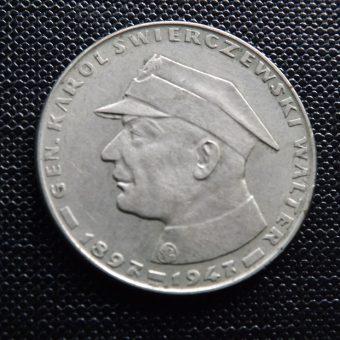 """Moneta z wizerunkiem Karola Świerczewskiego """"Waltera"""", patrona walterowców (fot. Pesell, lic. CC BY-SA 4.0)"""