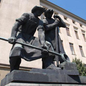 Pomnik hutników przy wejściu do budynku A0 Akademii Górniczo-Hutniczej w Krakowie. Autorem rzeźb jest Jan Raszka (fot. domena publiczna)