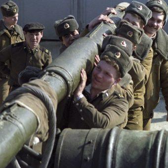 Radzieccy żołnierze w 1990 roku (fot.RIA Novosti archive, image #832918 / V. Kiselev / CC-BY-SA 3.0)