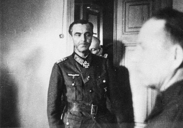 Marszałek von Paulus rozmawiał z radzieckimi oficerami w chacie marszałka Nikołaja Woronowa.