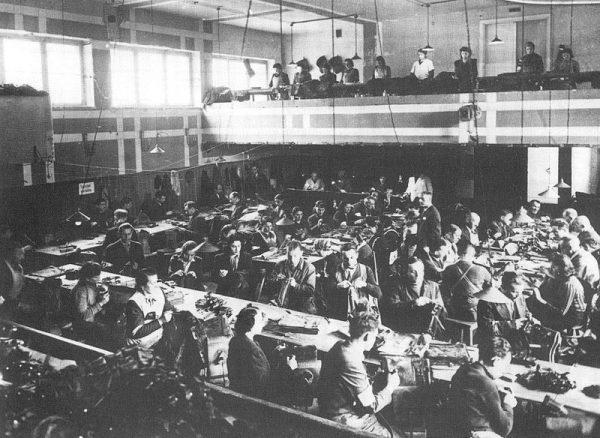 Żydzi pracujący w jednym z zakładów produkcyjnych w getcie warszawskim (tzw. szopów).