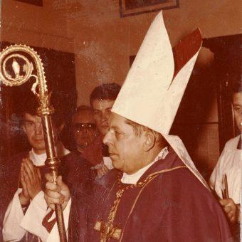 W czasie przemian ustrojowych na czele polskiego Kościoła stał prymas Polski, kardynał Józef Glemp.