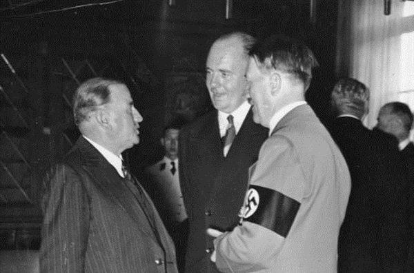 Paul Schmidt (w środku) tłumaczył między innymi podczas konferencji w Monachium.