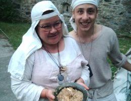 Średniowieczna kucharka Małgorzata Bliskowska wraz ze swoim kuchcikiem (fot. Aleksandra Zaprutko-Janicka)