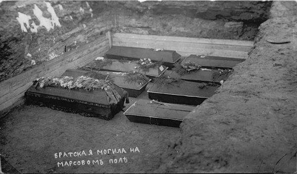 Trumny części poległych złożono we wspólnym grobie.