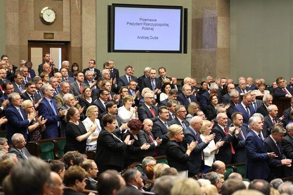 Posłowie PiS oraz Zjednoczonej Prawicy podczas przemówienia prezydenta Andrzeja Dudy w trakcie obrad Zgromadzenia Narodowego (6 sierpnia 2015).