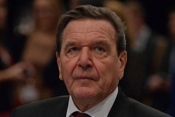 Gerhard Schröder był w latach 1998-2005 kancelerzem Republiki Federalnej Niemiec i jednocześnie przewodniczącym Socjaldemokratycznej Partii Niemiec. Był więc ówcześnie jedną z kluczowych osób w zakresie polsko-niemieckich relacji.