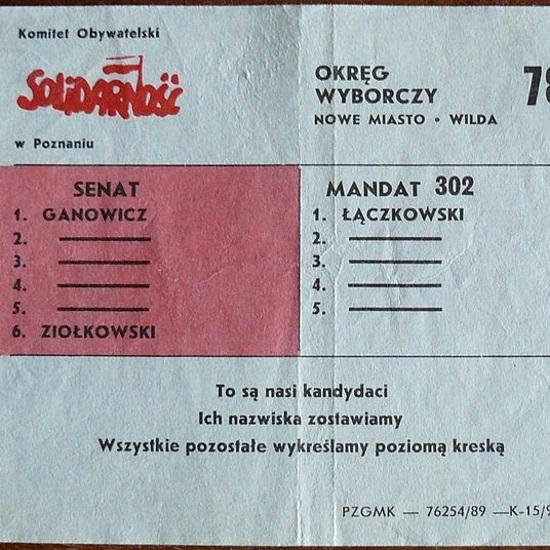 """Częścią kampanii wyborczej """"Solidarności"""" było rozprowadzanie ulotek wyjaśniających skomplikowany system głosowania."""