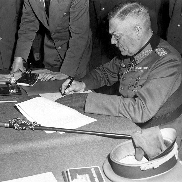 Jednym z sygnatariuszy po stronie niemieckiej był feldmarszałek Wilhelm Keitel.