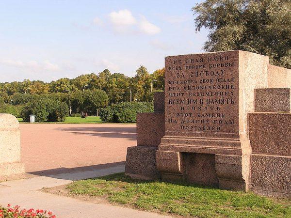 Na miejscu pochówku niedługo po pogrzebie wniesiono pomnik ku czci ofiar rewolucji.