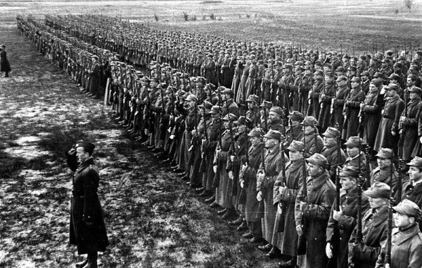 Wspólne szkolenia oddziałów pod dowództwem generała Andersa odbywały się w Iraku. Na zdjęciu przegląd wojsk z 1942 roku.