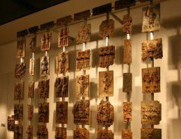 Brązowe tabliczki z Beninu (fot. Mike Peel, lic. CC-BY-SA-4.0)