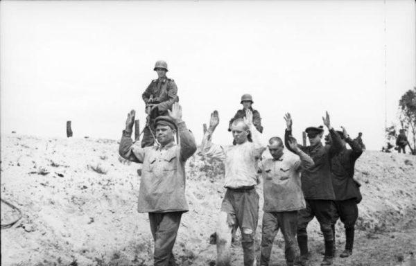 """Zdaniem Żukowa porażki Armii Czerwonej wynikały ze złej łączności oraz... opieszałości """"niemrawie przemieszczających się wielkich formacji""""."""