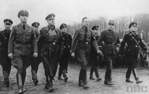 """Przykładem działania w ramach akcji """"N"""" było podrobienie zarządzenia podpisanego rzekomo przez SS-Obergruppenführera Wilhelma Koppego (na zdjęciu pierwszy z prawej)."""
