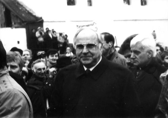 """Kanclerz Helmut Kohl w Krzyżowej (1989). To wtedy udało się podpisać 11 umów i """"Wspólne oświadczenie"""" - najobszerniejszą od 1970 roku deklarację dotyczącą relacji polsko-niemieckich."""