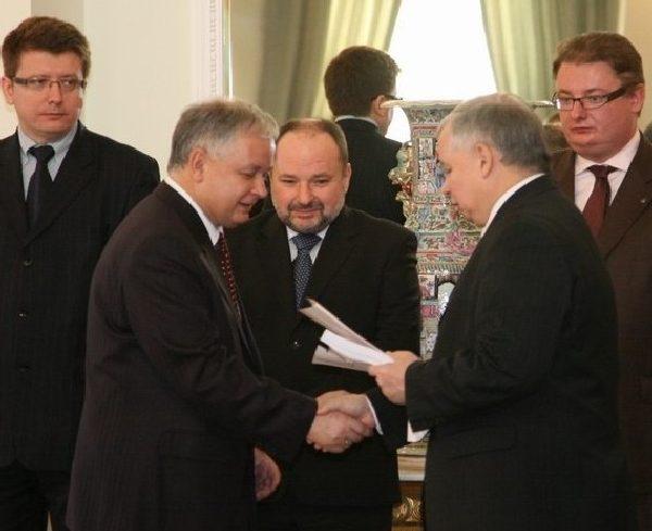 Bracia Kaczyńscy (na zdjęciu w 2007 roku) uważali, że należy tworzyć koalicję rządową bez udziału PZPR.