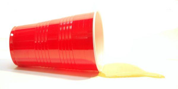 """Czy plastikowe kubki mogą być lepsze od porcelany? """"Trybuna Ludów"""" skłaniała się do odpowiedzi twierdzącej."""