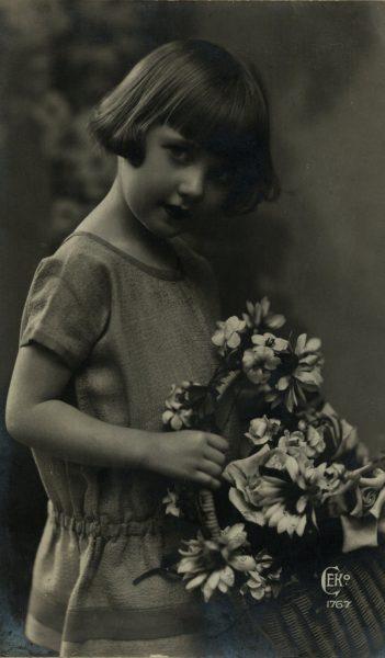 Portret anonimowej dziewczynki. Fotografia z dwudziestolecia międzywojennego