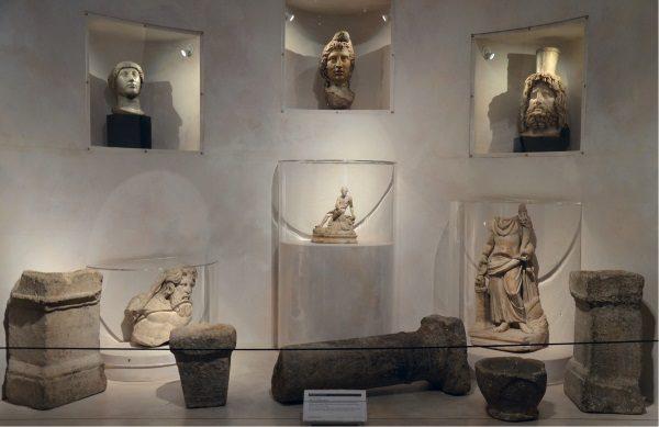 Przedmioty ze świątyni Mitry w rzymskim Londinium (fot. Carole Raddato, lic. CC BY-SA 2.0)