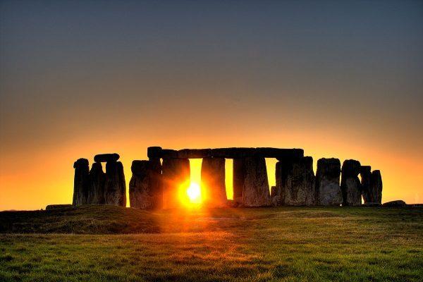 Stonehenge , zachód słońca (fot. by simonwakefield, lic. CCA 2.0 Generic)