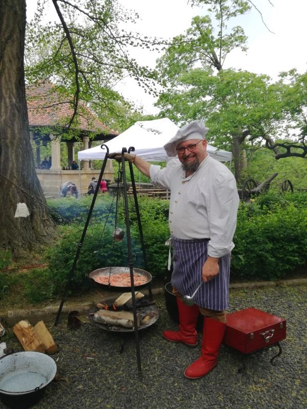 Szef kuchni Leonard Marynowski, który jest pasjonatem dawnych kulinariów. Przygotowanie widocznej na zdjęciu leguminy trwało kilka godzin i wymagało ciągłego mieszania. (fot. Aleksandra Zaprutko-Janicka)