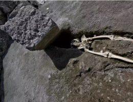 Szkielet z Pompejów przygnieciony ogromnym głazem. (Fot. screen materiału przygotowanego przez theguardian.com)
