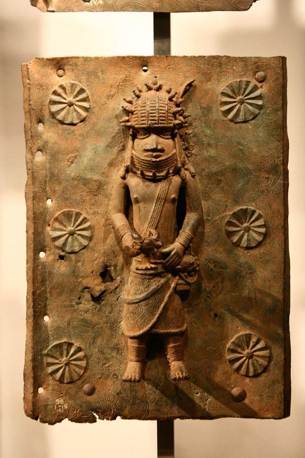 Tabliczka z brązu z wizerunkiem Beninczyka (fot. Michel wal, lic. GNU FDL)