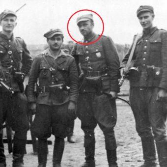 """W czerwonym kółku Zygmunt Szendzielarz """"Łupaszka"""" (fot. domena publiczna)"""