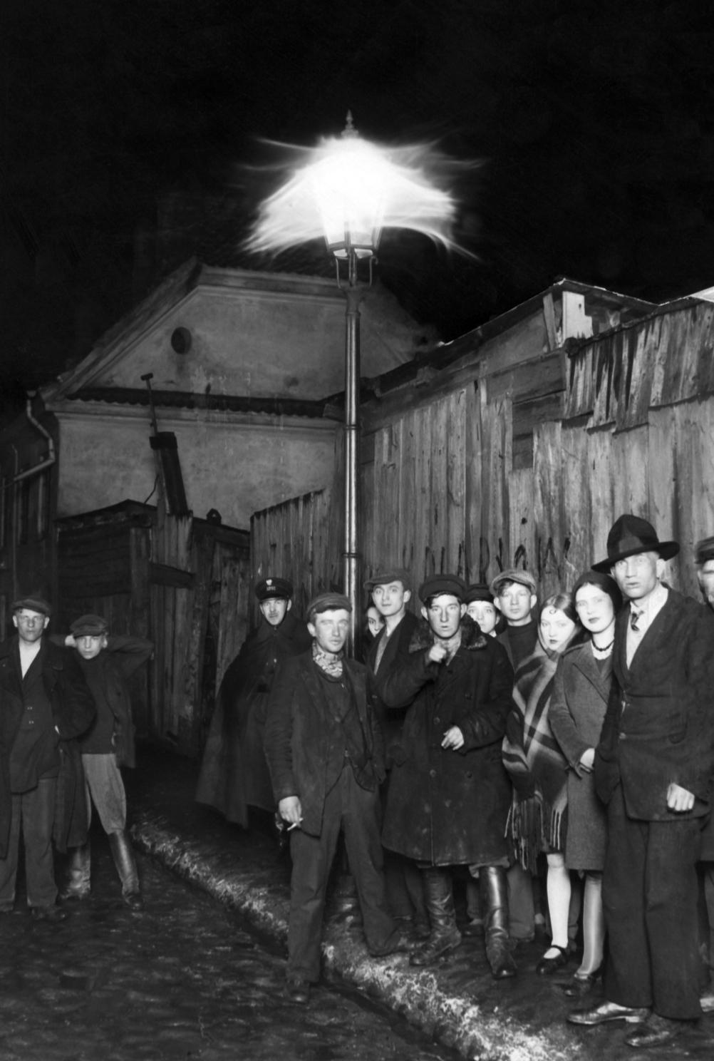 Warszawska ulica nocą na fotografii Ilustrowanego Kuryera Codziennego.