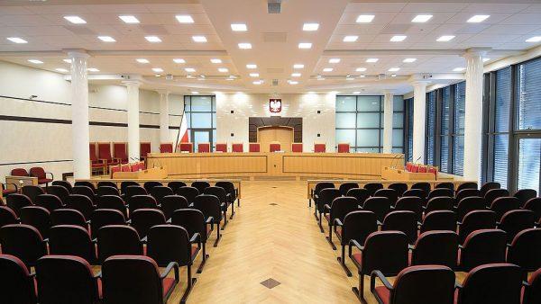 Trybunał Konstytucyjny to polski organ władzy sądowniczej, który został utworzony w 1982 roku i rozpoczął działalność orzeczniczą 4 lata później. Na zdjęciu Wielka sala rozpraw, w której TK orzeka w pełnym składzie.