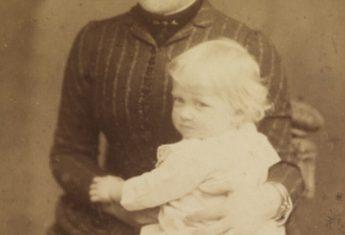 XIX-wieczna fotografia matki z synem na kolanach. Zdjęcie poglądowe.